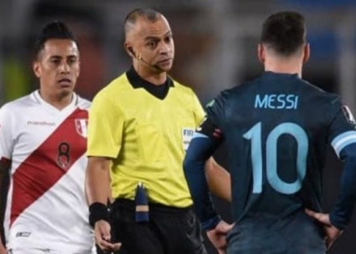 """foto: Tras la victoria, Messi apuntó contra el referí brasilero: """"Siempre que nos dirige hace lo mismo"""""""