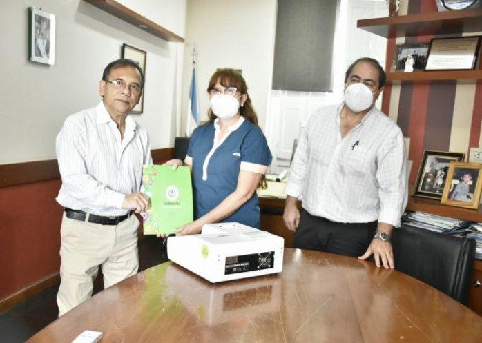 foto: Cardozo entregó equipos para el laboratorio del hospital de Esquina