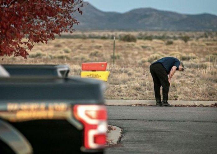 foto: La reacción de Alec Baldwin tras el accidente con el arma en el que murió una directora de fotografía